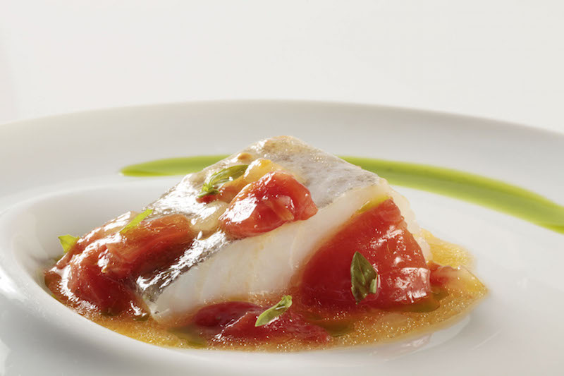 bacalao-confitado-con-su-pil-pil-y-tomate-concase_menu-de-la-vendimia
