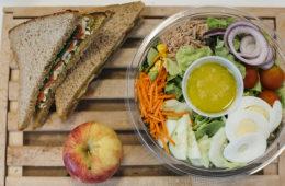 Ensalada y sándwiches de PlenEat