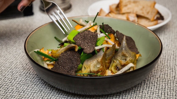 EL BROTE Trufa negra con alcachofas de Tudela confitadas y de Jerusalen fritas, nabo, judias verdes y salsa holandesa