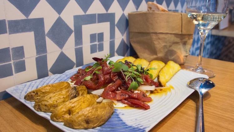 La Barra DeAtun Atun picante con huevo frito y patata confitada