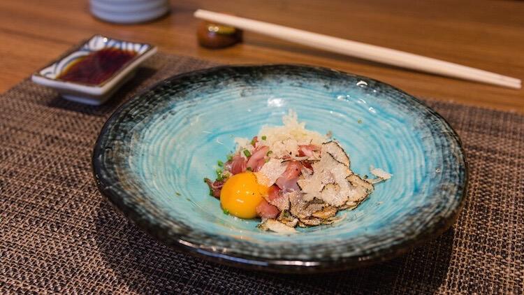 IKIGAI tartar de toro de atun con huevo de codorniz y trufa rallada