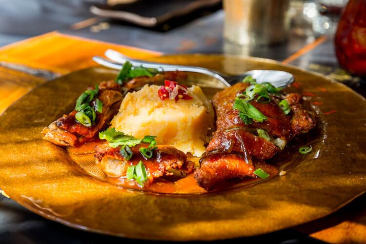 BANG COOK Ped Crob, pato deshuesado con parmentier de patata al kimchi y salsa de tamarindo