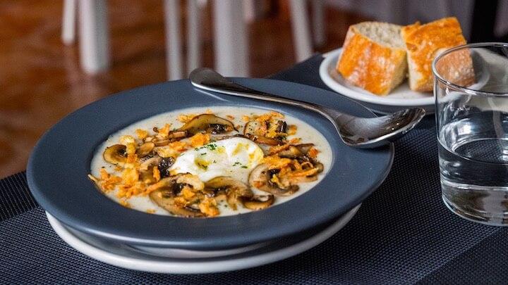 LA MAMA Restaurante Huevo campero poché, puré de patata, trufa y setas de temporada B
