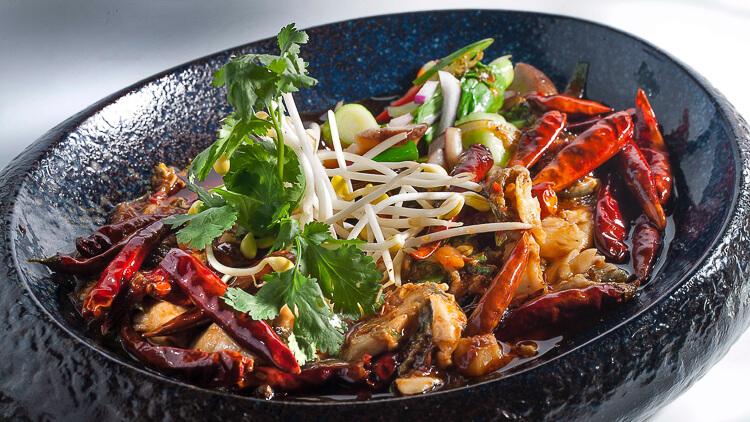 El buda feliz Lubina con chile de Sichuan