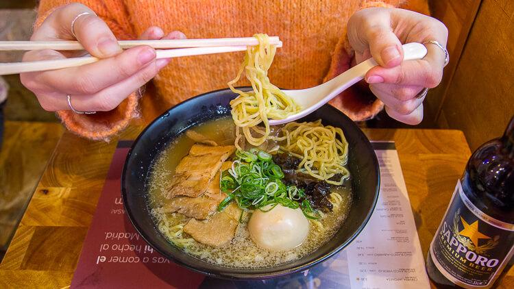 YOKALOKA Ramen Tonkotsu con panceta de cerdo, alga nori, cebollino, setas y el ajitsuke