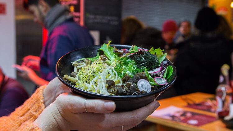 YOKALOKA Ramen vegano con salsa de sésamo, brotes variados y setas
